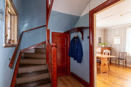Vacker trappa med förvaring under