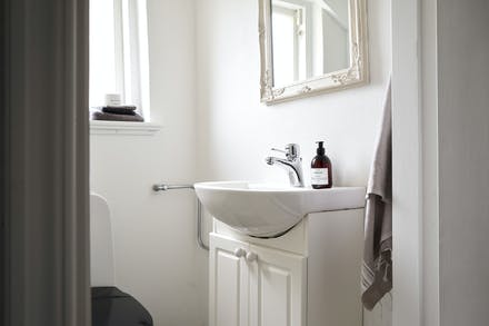 I källarplanet finns även en separat toalett med wc och tvättställ