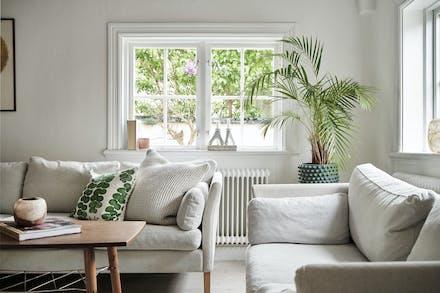 Fönster i två väderstreck i vardagsrummet