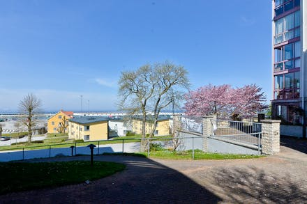 Ingången från havssidan med Ravinstigen framför där även gästparkeringar finns
