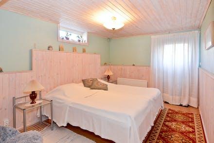 Gästrum (sovrum 4) med separat källaringång