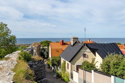 Idyllisk innerstadsläge nära hav och mur