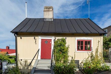 Huset har entré både från gatan och den egna trädgården