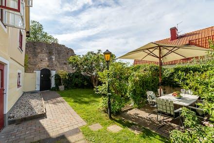 Egen insynsskyddad trädgård som nås via port från Södra Slottsgränd