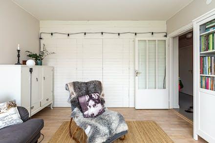 Smart förvaring bakom vägg i vardagsrummet